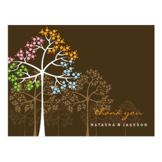 El arbolado el casarse de cuatro árboles de las es postales