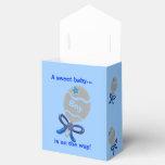 El arco blanco del traqueteo del bebé azul del paquete de regalo