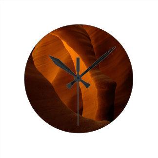 El arco de piedra único es realmente subterráneo 2 reloj redondo mediano
