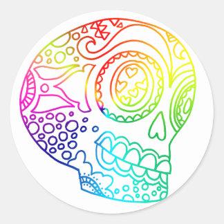 El arco iris alinea el cráneo del azúcar en amor pegatina redonda