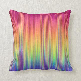 El arco iris bonito raya la almohada