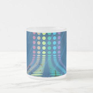 El arco iris circunda la disposición sobre el meta tazas