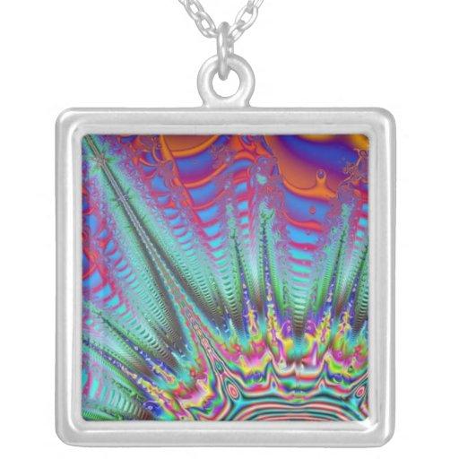 El arco iris colorea el collar