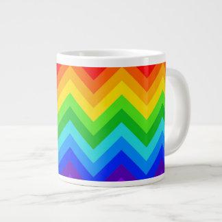 El arco iris colorea el modelo de zigzag grande de taza jumbo