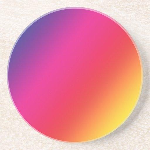 El arco iris colorea el práctico de costa de la pi posavaso para bebida