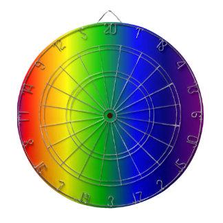El arco iris colorea el tablero de dardo de la
