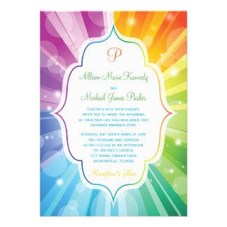 El arco iris colorea la invitación rayada del boda