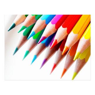 El arco iris colorido coloreado dibujó a lápiz la postal
