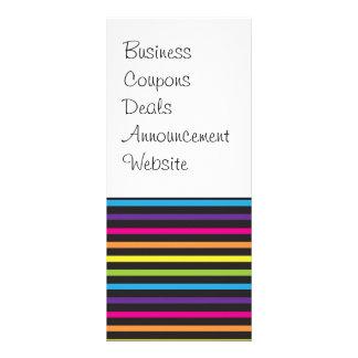 El arco iris colorido raya los regalos del modelo tarjeta publicitaria a todo color