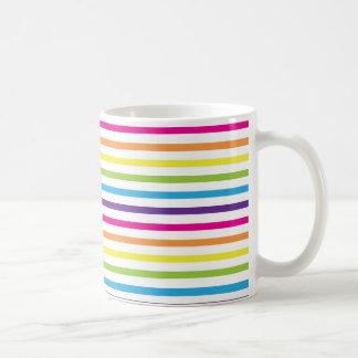 El arco iris colorido raya los regalos del modelo  taza
