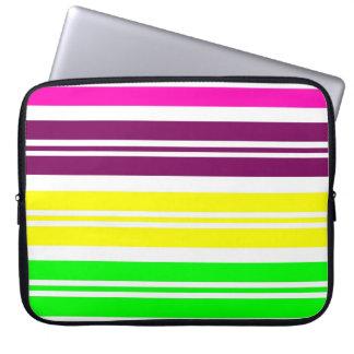 El arco iris de neón colorido raya el modelo intré mangas computadora