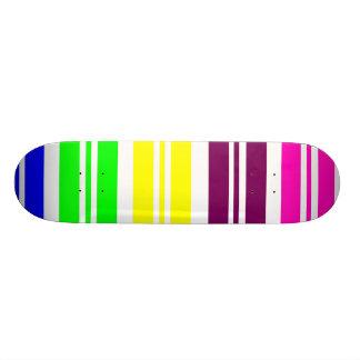 El arco iris de neón colorido raya el modelo intré monopatin