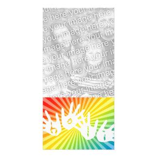 el arco iris del holi irradia las manos tarjeta fotográfica personalizada