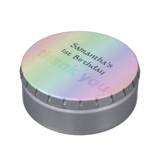 El arco iris en colores pastel le agradece latas de dulces