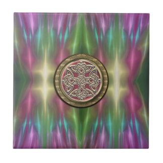 El arco iris enciende el nudo céltico de piedra azulejo cuadrado pequeño