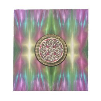 El arco iris enciende el nudo céltico de piedra blocs de papel