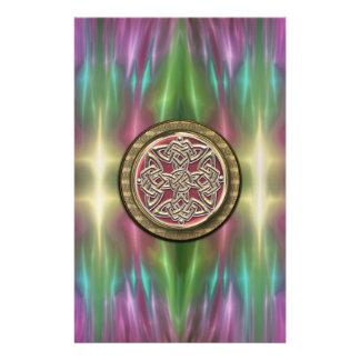 El arco iris enciende el nudo céltico de piedra papelería