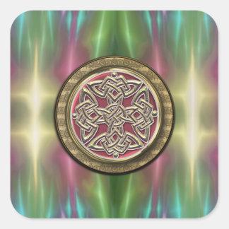 El arco iris enciende el nudo céltico de piedra pegatina cuadrada