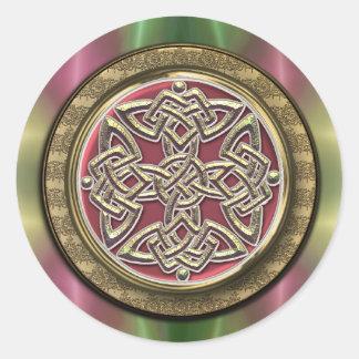 El arco iris enciende el nudo céltico de piedra pegatina redonda