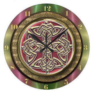 El arco iris enciende el nudo céltico de piedra reloj redondo grande
