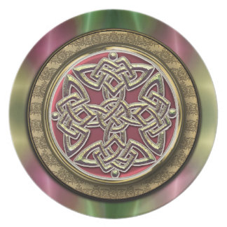El arco iris enciende la placa céltica del nudo plato