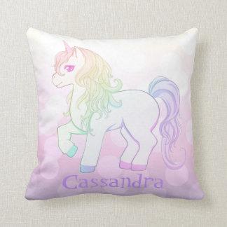 El arco iris lindo del kawaii coloreó el potro del almohada