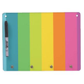 El arco iris raya al tablero seco del borrado del  pizarras blancas