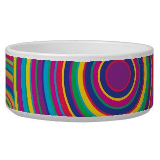 El arco iris retro circunda el modelo comedero para mascota