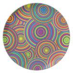 El arco iris retro circunda el modelo plato de comida
