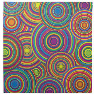 El arco iris retro circunda el modelo servilleta imprimida