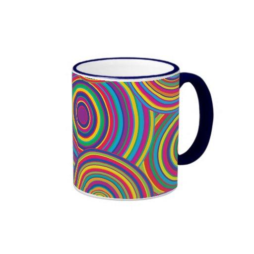 El arco iris retro circunda el modelo taza de café
