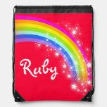 El arco iris rojo conocido protagoniza el bolso de mochilas