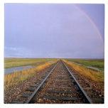 El arco iris sobre pistas de ferrocarril acerca a  azulejo cuadrado grande