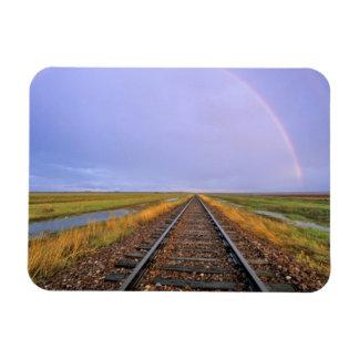 El arco iris sobre pistas de ferrocarril acerca a  iman rectangular