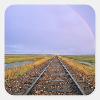 El arco iris sobre pistas de ferrocarril acerca a calcomanías cuadradas personalizadas