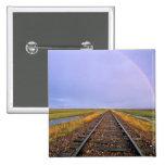 El arco iris sobre pistas de ferrocarril acerca a  pin