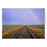 El arco iris sobre pistas de ferrocarril acerca a  tarjetas
