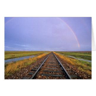 El arco iris sobre pistas de ferrocarril acerca a  tarjeta de felicitación
