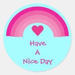 El arco iris y el corazón rosados tienen pegatinas etiqueta redonda