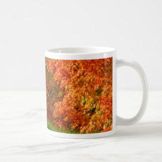 El arte asalta el follaje de otoño taza básica blanca