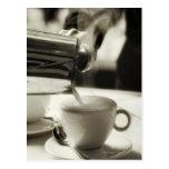 El arte de la fabricación fresca/adición del café  postal