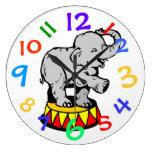 El arte del elefante del circo embroma el reloj de