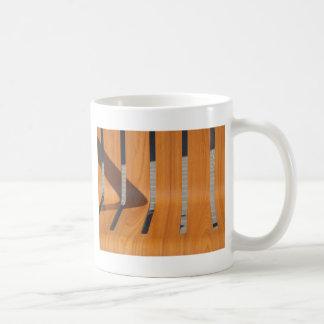 El asiento es bancos de madera en el primer de la taza de café