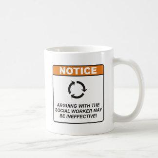 El asistente social/discute taza de café
