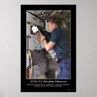 El astronauta Catherine G. Coleman comprueba Astro Posters