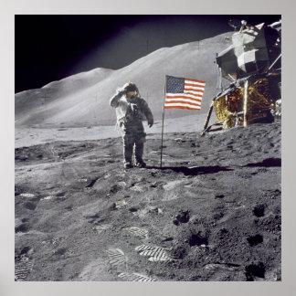 El astronauta David Scott saluda el poster de la b