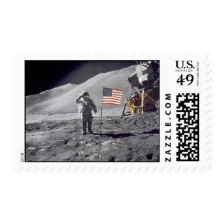 El astronauta David Scott saluda el sello de la