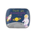 El astronauta del espacio exterior le agradece latas de dulces