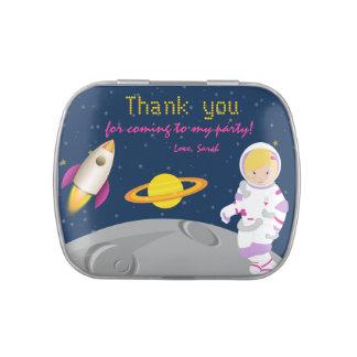 El astronauta del espacio exterior le agradece latas de caramelos