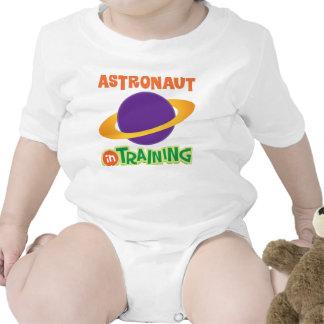 El astronauta en el entrenamiento embroma la trajes de bebé
